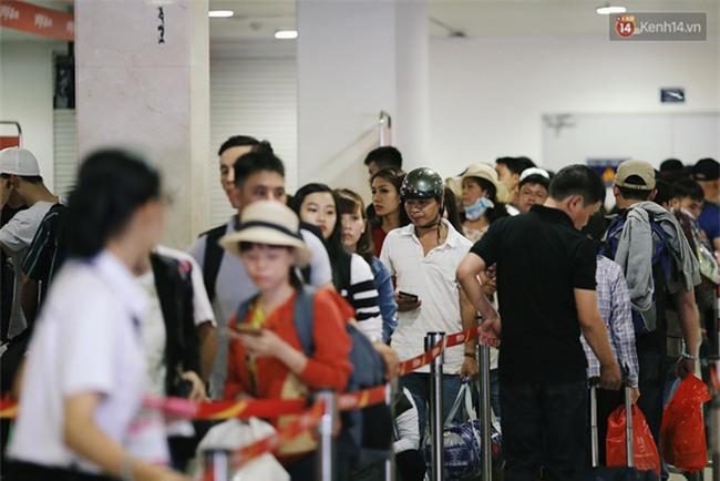 Chùm ảnh: Cận Tết, biển người vật vã hàng tiếng đồng hồ chờ check in ở sân bay Tân Sơn Nhất - Ảnh 11.