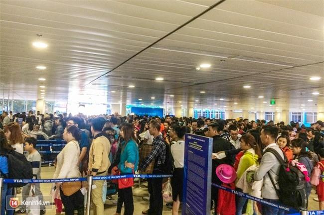 Chùm ảnh: Cận Tết, biển người vật vã hàng tiếng đồng hồ chờ check in ở sân bay Tân Sơn Nhất - Ảnh 12.
