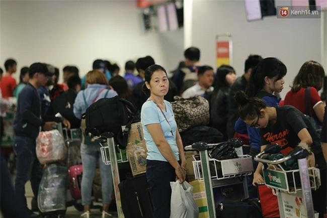 Chùm ảnh: Cận Tết, biển người vật vã hàng tiếng đồng hồ chờ check in ở sân bay Tân Sơn Nhất - Ảnh 13.