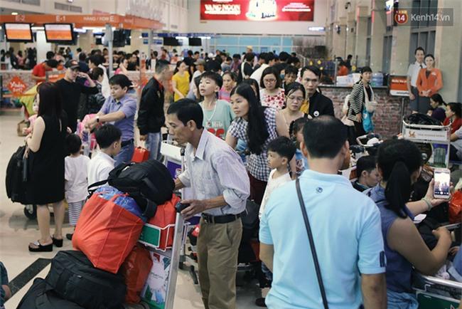 Chùm ảnh: Cận Tết, biển người vật vã hàng tiếng đồng hồ chờ check in ở sân bay Tân Sơn Nhất - Ảnh 14.