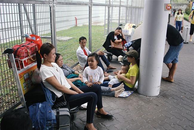 Chùm ảnh: Cận Tết, biển người vật vã hàng tiếng đồng hồ chờ check in ở sân bay Tân Sơn Nhất - Ảnh 16.