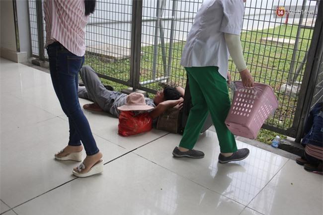Chùm ảnh: Cận Tết, biển người vật vã hàng tiếng đồng hồ chờ check in ở sân bay Tân Sơn Nhất - Ảnh 17.
