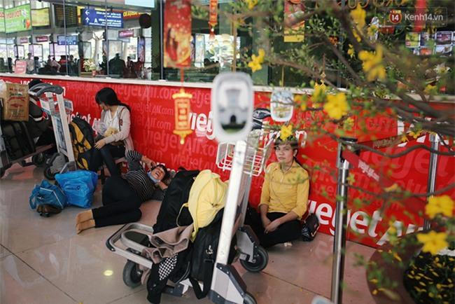 Chùm ảnh: Cận Tết, biển người vật vã hàng tiếng đồng hồ chờ check in ở sân bay Tân Sơn Nhất - Ảnh 18.