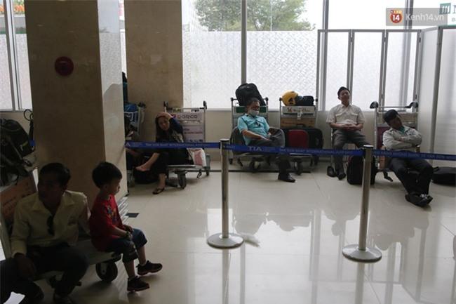 Chùm ảnh: Cận Tết, biển người vật vã hàng tiếng đồng hồ chờ check in ở sân bay Tân Sơn Nhất - Ảnh 20.