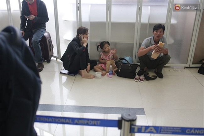 Chùm ảnh: Cận Tết, biển người vật vã hàng tiếng đồng hồ chờ check in ở sân bay Tân Sơn Nhất - Ảnh 22.