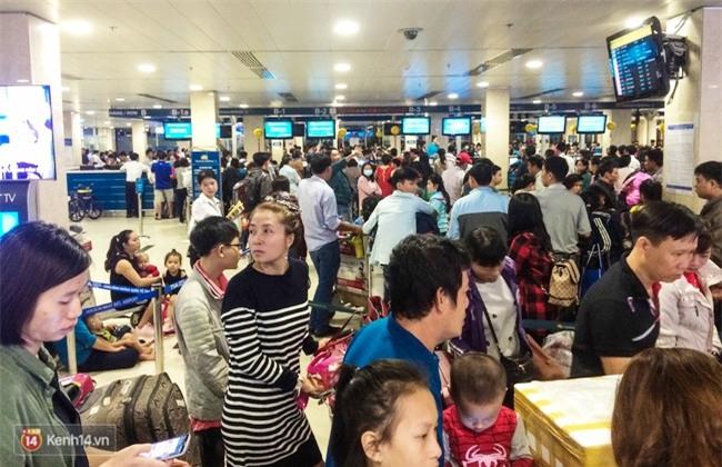Chùm ảnh: Cận Tết, biển người vật vã hàng tiếng đồng hồ chờ check in ở sân bay Tân Sơn Nhất - Ảnh 5.