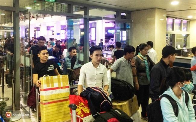 Chùm ảnh: Cận Tết, biển người vật vã hàng tiếng đồng hồ chờ check in ở sân bay Tân Sơn Nhất - Ảnh 6.
