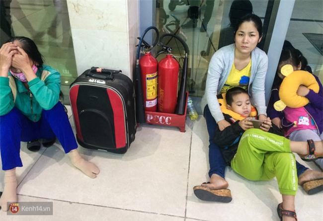 Chùm ảnh: Cận Tết, biển người vật vã hàng tiếng đồng hồ chờ check in ở sân bay Tân Sơn Nhất - Ảnh 7.
