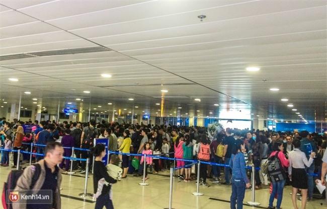 Chùm ảnh: Cận Tết, biển người vật vã hàng tiếng đồng hồ chờ check in ở sân bay Tân Sơn Nhất - Ảnh 9.