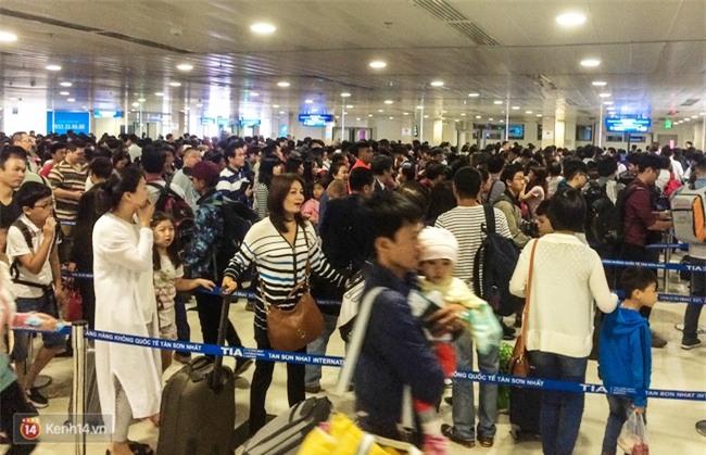 Chùm ảnh: Cận Tết, biển người vật vã hàng tiếng đồng hồ chờ check in ở sân bay Tân Sơn Nhất - Ảnh 10.