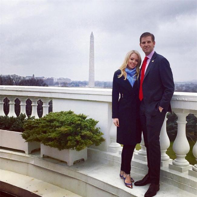 Con cháu Tổng thống Donald Trump khoe ảnh lần đầu tiên ở Nhà Trắng - Ảnh 1.