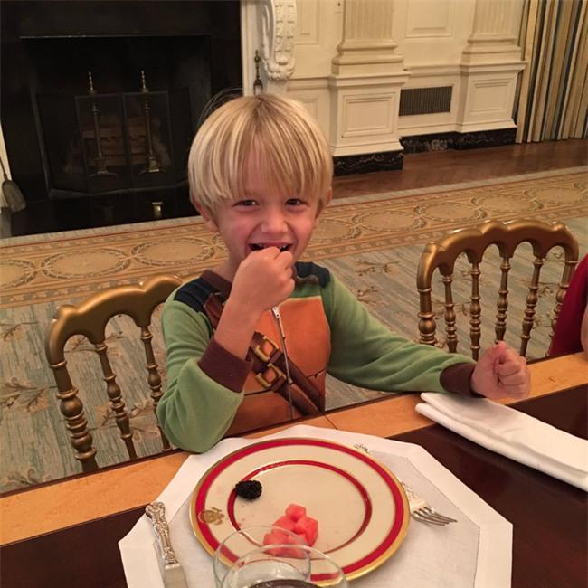 Con cháu Tổng thống Donald Trump khoe ảnh lần đầu tiên ở Nhà Trắng - Ảnh 3.