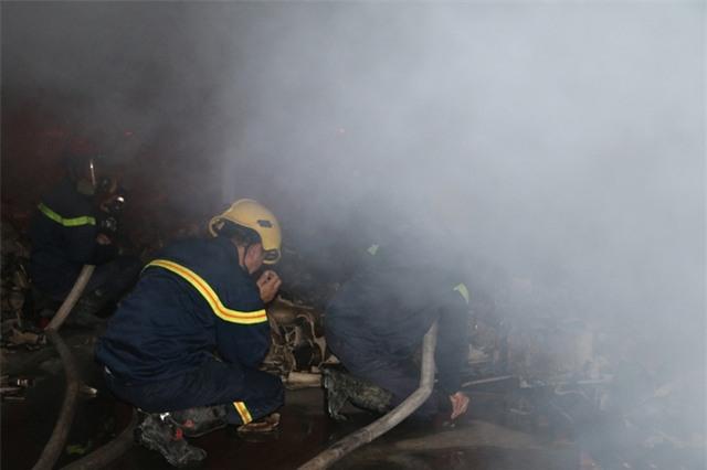 Lực lượng Cảnh sát PCCC tham gia dập lửa