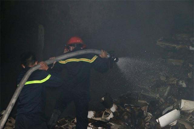 Do cháy vào ban đêm, khói nhiều nên công tác chữa cháy gặp nhiều khó khăn