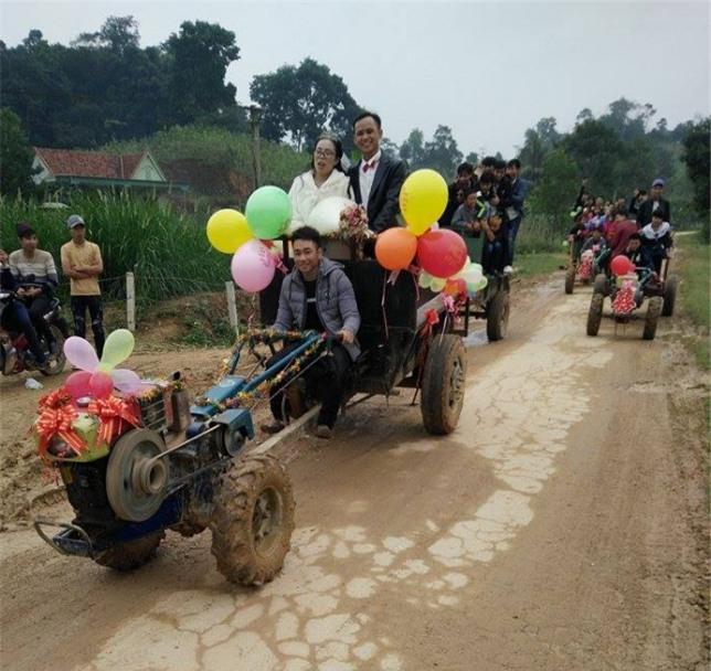 Màn rước dâu bằng xe công nông độc đáo tại Nghệ An - Ảnh 2.