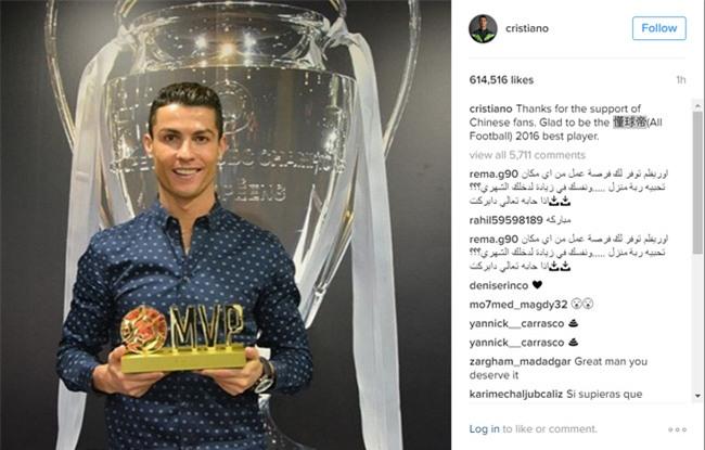 Ronaldo hí hửng khoe danh hiệu do fan Trung Quốc bầu chọn - Ảnh 1.