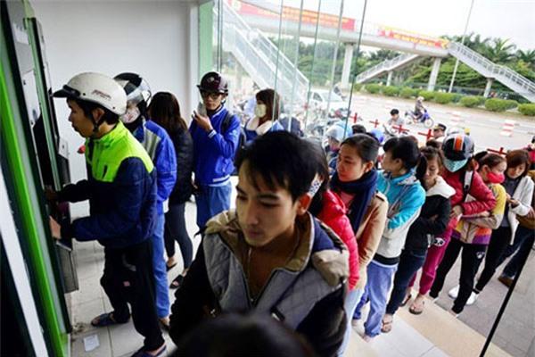 ATM tê liệt, phòng giao dịch quá tải: Vật vã rút tiền tiêu Tết