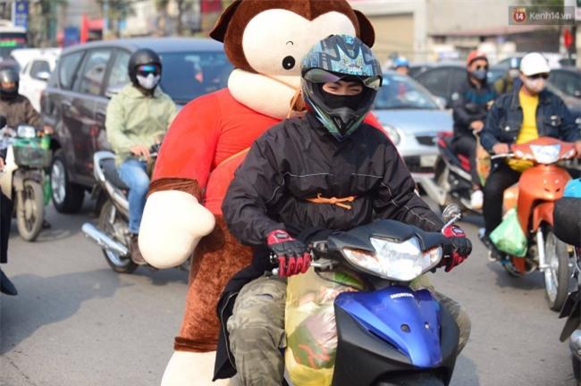 Ngày cuối năm trên đường phố Hà Nội: Nam thanh niên chở gấu về quê ăn Tết - Ảnh 1.