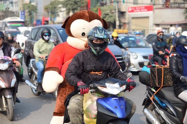 Ngày cuối năm trên đường phố Hà Nội: Nam thanh niên chở gấu về quê ăn Tết - Ảnh 2.