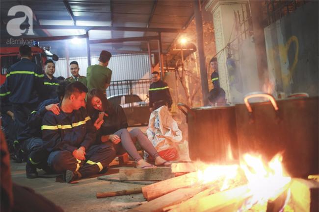 Hình ảnh giản dị của những người lính cứu hỏa bên nồi bánh chưng ngày giáp Tết - Ảnh 10.
