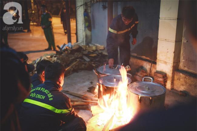 Hình ảnh giản dị của những người lính cứu hỏa bên nồi bánh chưng ngày giáp Tết - Ảnh 11.