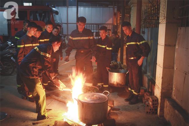 Hình ảnh giản dị của những người lính cứu hỏa bên nồi bánh chưng ngày giáp Tết - Ảnh 7.