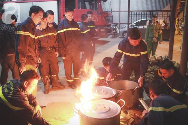 Hình ảnh giản dị của những người lính cứu hỏa bên nồi bánh chưng ngày giáp Tết - Ảnh 8.
