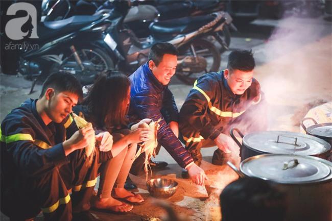 Hình ảnh giản dị của những người lính cứu hỏa bên nồi bánh chưng ngày giáp Tết - Ảnh 9.