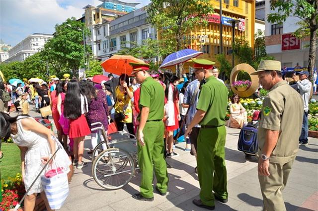 Lực lượng chức năng làm nhiệm vụ tại đường hoa Nguyễn Huệ. Ảnh: N.T.