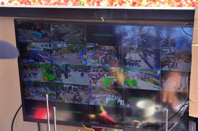 Màn hình camera để quan sát đường hoa Nguyễn Huệ. Ảnh: N.T.