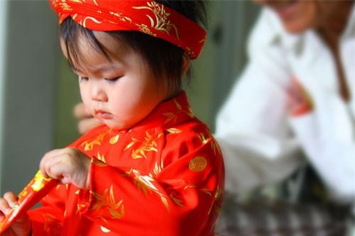 Ứng xử với tiền mừng tuổi - những việc bố mẹ nhất định phải dạy con - Ảnh 2.