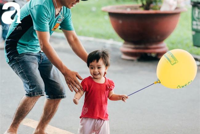 Trẻ em đón Tết khắp phố phường, công viên, và cả ga tàu... - Ảnh 1.
