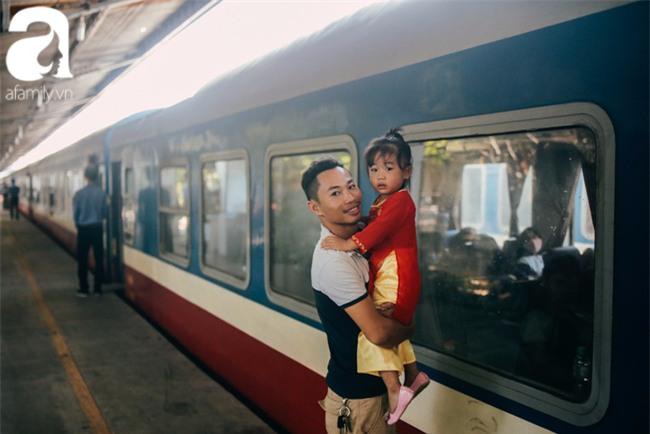 Trẻ em đón Tết khắp phố phường, công viên, và cả ga tàu... - Ảnh 15.