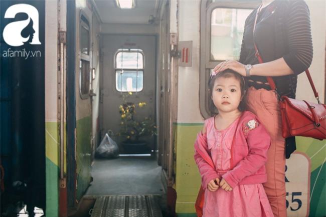Trẻ em đón Tết khắp phố phường, công viên, và cả ga tàu... - Ảnh 3.