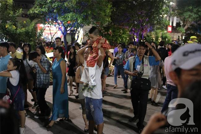 Không có pháo hoa, người dân vẫn ùn ùn đổ ra đường đón khoảnh khắc giao thừa - Ảnh 39.