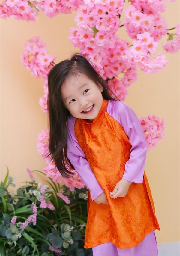 """Cô bé 3 tuổi khiến người lớn kinh ngạc khi nói """"Chúc mừng năm mới"""" bằng 11 thứ tiếng - Ảnh 2."""