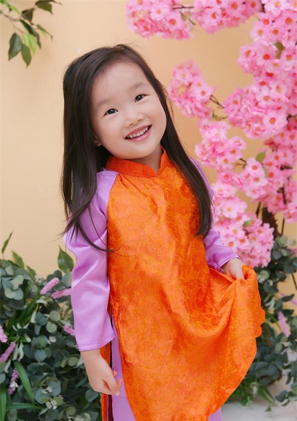 """Cô bé 3 tuổi khiến người lớn kinh ngạc khi nói """"Chúc mừng năm mới"""" bằng 11 thứ tiếng - Ảnh 3."""
