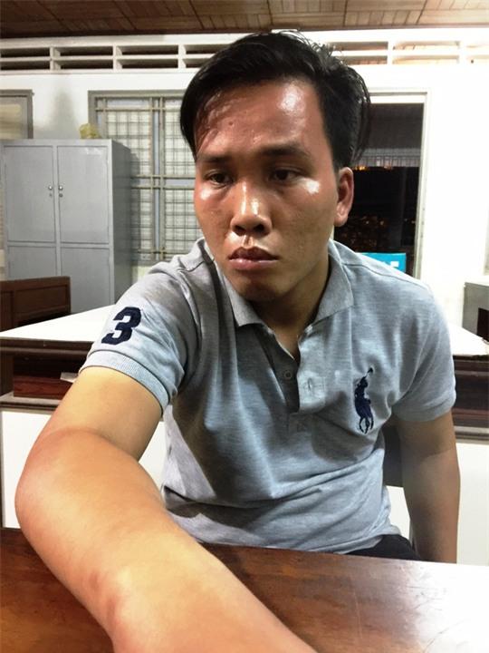 khong che phu nu ban hoa gia de cuong hiep dem giao thua - 1
