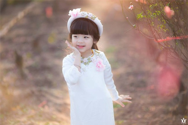 Khi các bé xúng xính trong tà áo dài ngày Tết, mẹ như thấy cả mùa xuân - Ảnh 16.
