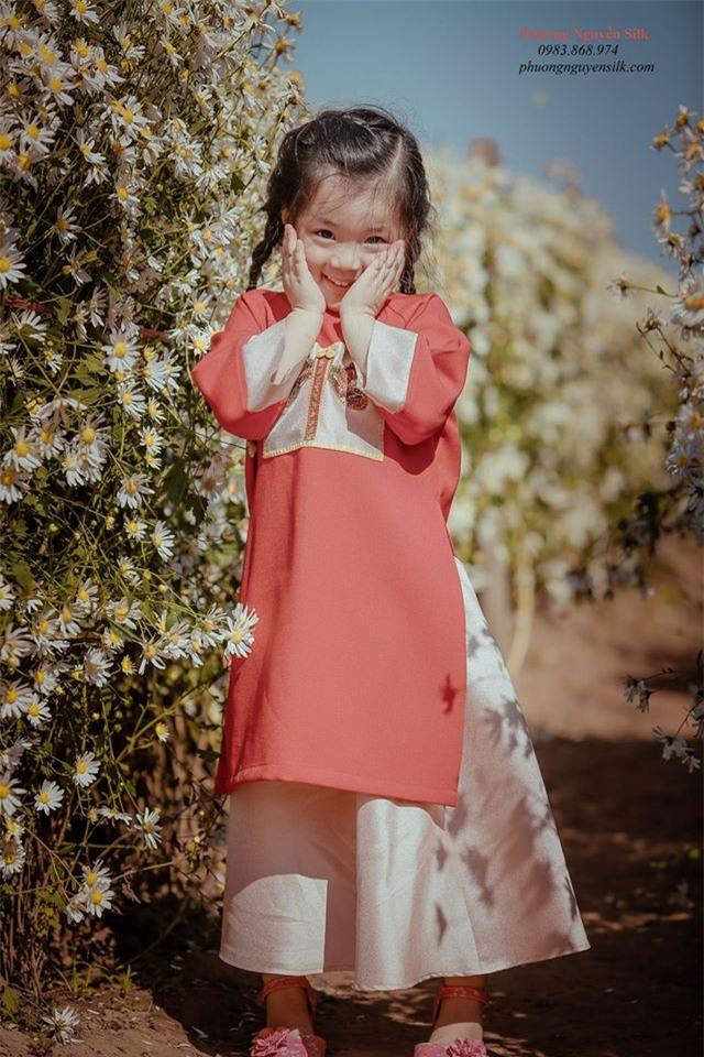 Khi các bé xúng xính trong tà áo dài ngày Tết, mẹ như thấy cả mùa xuân - Ảnh 28.