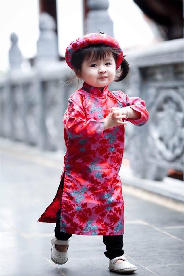 Khi các bé xúng xính trong tà áo dài ngày Tết, mẹ như thấy cả mùa xuân - Ảnh 33.