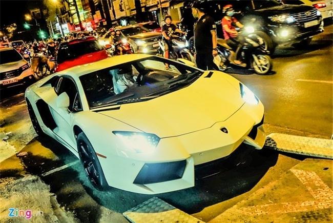 Dem sieu xe Lamborghini tu Da Nang vao Sai Gon do choi Tet hinh anh 1