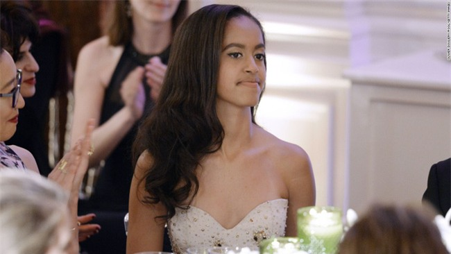 Con gái lớn có nụ hôn đầu tiên vào năm 13 tuổi và đây là phản ứng của vợ chồng cựu Tổng thống Obama - Ảnh 1.