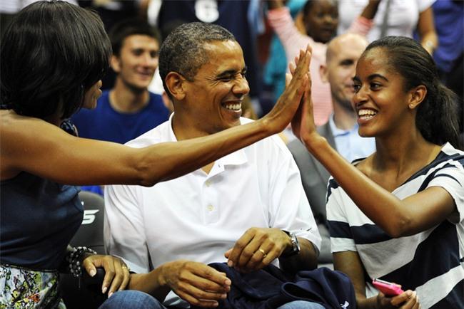 Con gái lớn có nụ hôn đầu tiên vào năm 13 tuổi và đây là phản ứng của vợ chồng cựu Tổng thống Obama - Ảnh 2.