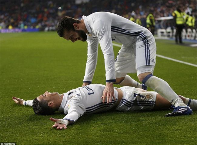 Ronaldo ghi bàn, Real cho Barca ngửi khói trong cuộc đua vô địch - Ảnh 9.