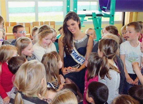 Iris Mittenaere - từ cô bé ở thị trấn nhỏ có tuổi thơ bất hạnh trở thành Hoa hậu Hoàn vũ - Ảnh 5.