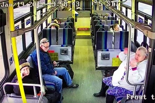 Xe tải đâm xuyên thân xe buýt, hành khách sống sót thần kì - Ảnh 1.