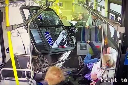 Xe tải đâm xuyên thân xe buýt, hành khách sống sót thần kì - Ảnh 2.