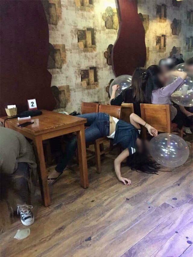 Hình ảnh cô gái trẻ phê bóng cười ngã ngửa trên ghế gây xôn xao mạng xã hội ngày mùng 4 Tết - Ảnh 1.