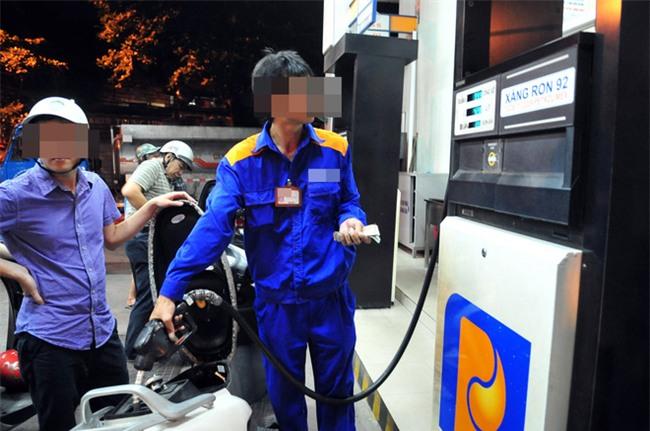 Người đàn ông bán xăng đêm và hành động bùng tiền của các tài xế - Ảnh 1.